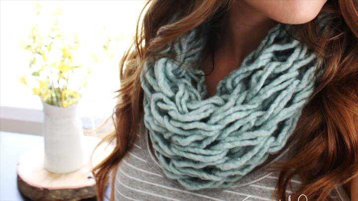 arm knit a single wrap infinity scarf in 20 minutes with Simply Maggie.