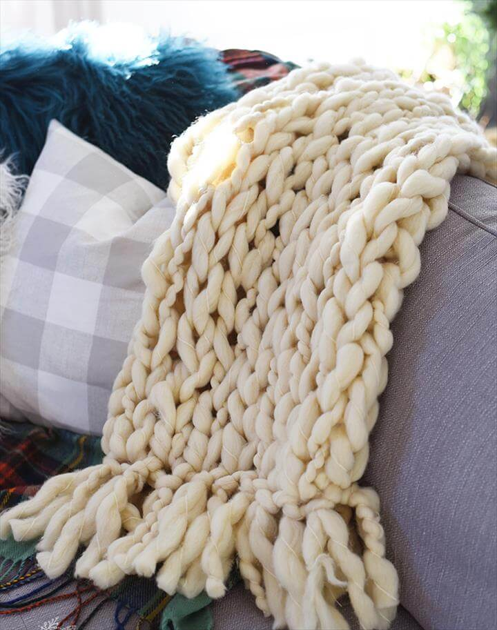 DIY arm knit blanket with a fringe - video tutorial